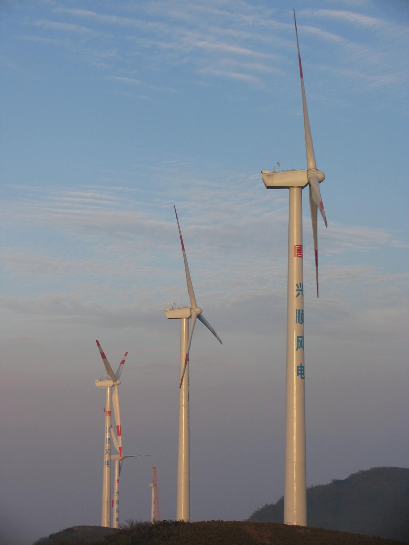 重庆大唐国际武隆兴顺风电有限责任公司(以下简称公司)成立于2008年10月31日,是由大唐国际发电股份有限公司独资成立的企业法人,注册资本9388万元,公司所属兴顺风电场位于重庆市武隆县和顺镇境内,平均海拔高度1500米,地貌特征属典型的山区山脊型风电场。风电场工程于2008年11月获得重庆市发改委核准,同年开工建设,2009年5月28日首台机组并网发电, 2010年10月9日全部风电机组投入运行。风电场装机容量为46.